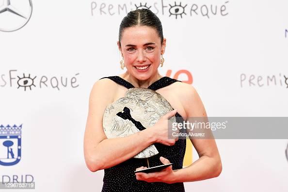 Patricia López Arnaiz poses in the Press Room after winning the Best Film Actress Award during 'Jose Maria Forque Awards' 2021 at Ifema in Madrid, Spain. More 📸 #Forqué2021 https://t.co/f6DUpXdvey #PatriciaLópezArnaiz https://t.co/cftzkJOqQs