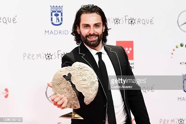 Actor Carlo D'Ursi poses in the Press Room after winning the Best Short Film during 'Jose Maria Forque Awards' 2021 at Ifema in Madrid, Spain. More 📸 #Forqué2021 https://t.co/f6DUpXdvey #CarloDUrsi https://t.co/QIWaApKYmy