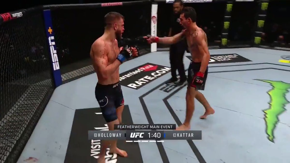 MAX HOLLOWAY IS HAVING FULL CONVERSATIONS WHILE FIGHTING 🤯 #UFCFightIsland7 https://t.co/KXmPm2Lu4F