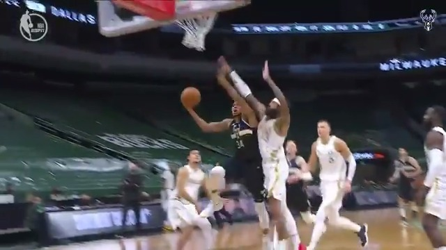 Giannis in transition = easy bucket.  🚗💨  @RussDarrowGroup https://t.co/215YXoOmDs