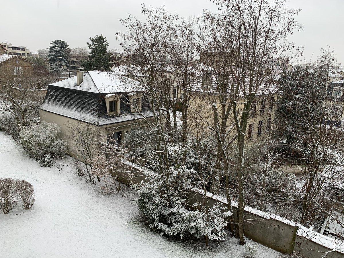 세렌디피티처럼.. 좀처럼 눈이 보기 힘든 프랑스에도 눈이 왔어요^^ 모두들 즐거운 주말 보내세요💜@BTS_twt   #1YearWithBlackSwan  #아미의일상