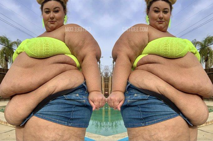Mirror mirror on the wall  I wanna be the fattest of them alllllll https://t.co/bIkp8kkDeH