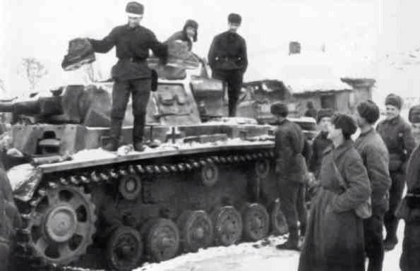 Red Army advance into the Stalingrad pocket is taking 1000s of German troops prisoner; one Soviet soldier mockingly holds up a pair of home-made boots while standing on a captured panzer, demonstrating how unprepared Wehrmacht was for Russian winter: https://t.co/XIiZKiBDzl