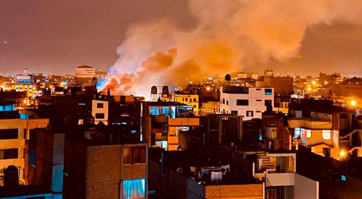 #URGENTE Los Olivos: incendio de grandes proporciones consume maderera en la Av. Universitaria   VIDEO ►https://t.co/DG0e6N82Ue https://t.co/qHAcHTulnh