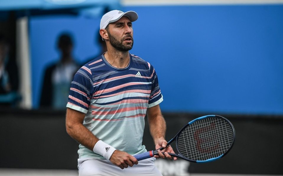 Mexican @gonzalezsanty is negative for #COVID19   However, the #AusOpen organizers have put him in isolation for 14 days after traveling on the charter from Los Angeles to Melbourne where 2 people tested positive.  #CoteccPlayers #BeCotecc https://t.co/nLZjUPmKxN
