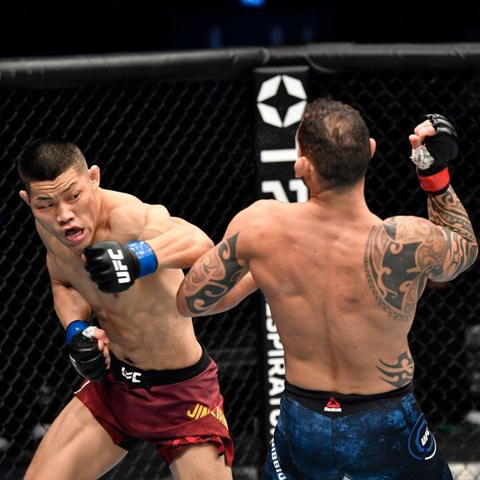 #UFCFightIsland7 - Después de dos años y dos meses, Santiago Ponzinibbio🇦🇷 volvió a luchar: lamentablemente fue derrota por KO en el primer asalto ante Li Jingliang🇨🇳.