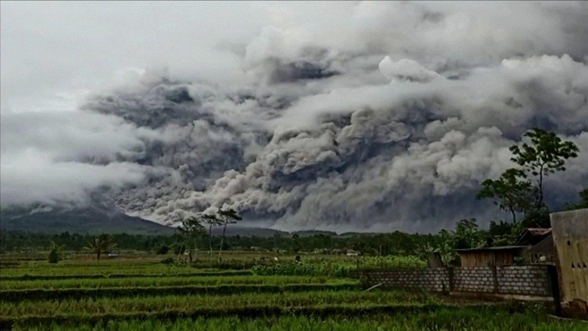La imagen lo dice todo… 🌋  #FOTO El Monte #Semeru hizo erupción en #Java, #Indonesia, exhalando una torre de humo y ceniza de más de cinco kilómetros al cielo. El país tiene más de 130 #volcanes activos.