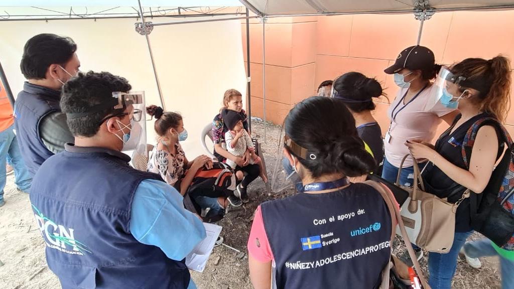 Los niños, niñas y familias migrantes tienen necesidades y derechos específicos; deben recibir atención y protección en todo momento.   #UNICEF con apoyo de @SwedeninGT brinda acompañamiento y apoyo durante la caravana en Vado Hondo, Km. 175 Chiquimula.  #AnteTodoSonNiños