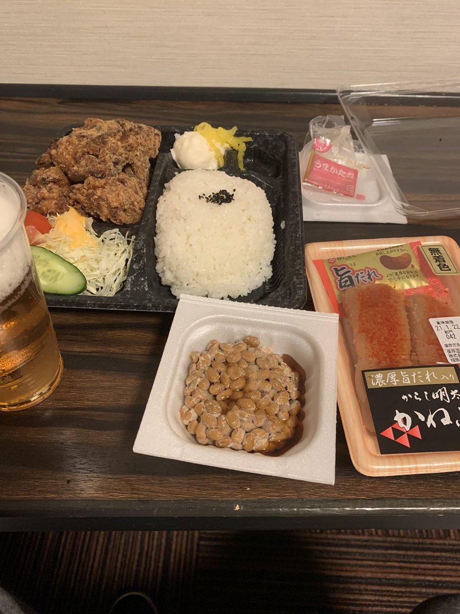 福岡県は16日(土)から緊急事態宣言なのですが20:00まわってから食事に出掛けると全く開いてる店がない…😓  私的感覚では食べ物屋に限っては98%は閉まっていて大阪とはエライ違い🥺  仕方なく弁当屋とスーパーでホテル呑みに🙄  食事は早めにを心がけます🐷 https://t.co/mCVuzAakbU