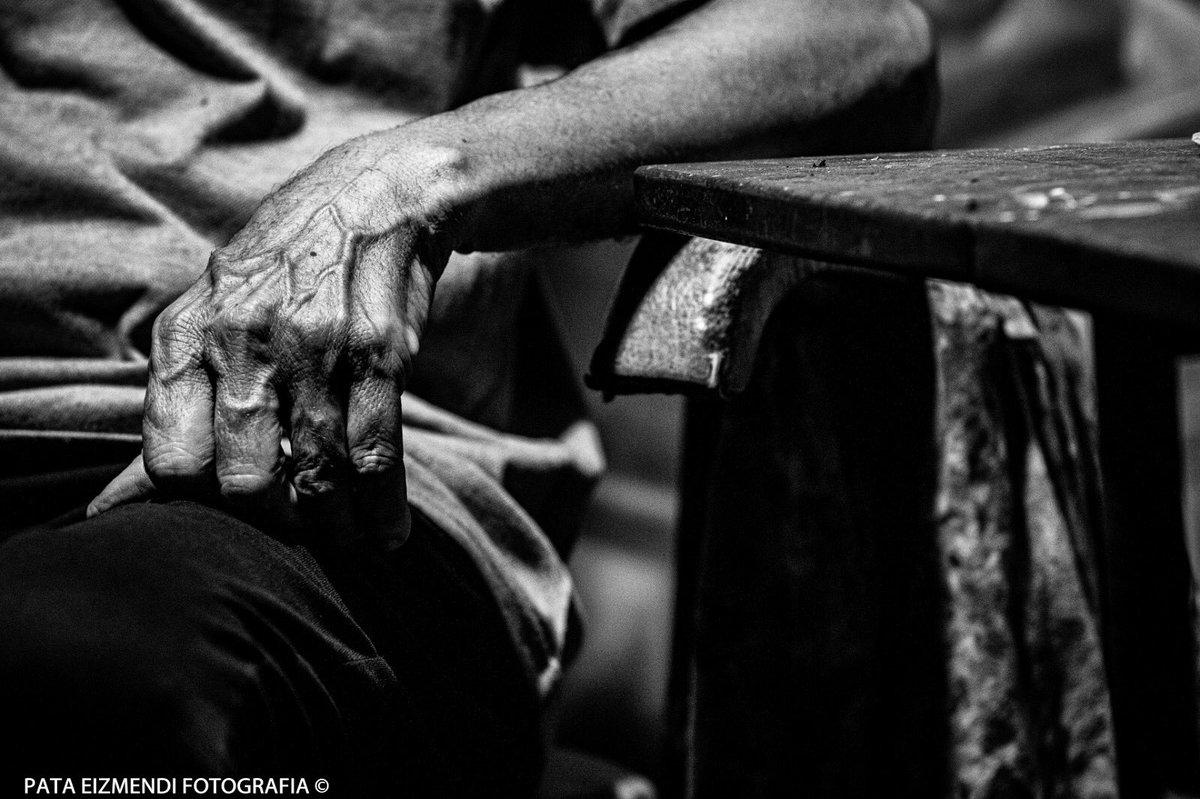Manos que amparan •  #fotografia #fotografosuruguayos  #uruguay #worldphotography #fotoreportaje #streetphotography #photography #urbanphotography #Fotoreportero #photojournalist #fotografoslatam #people_infinity_ #fotoperiodismo
