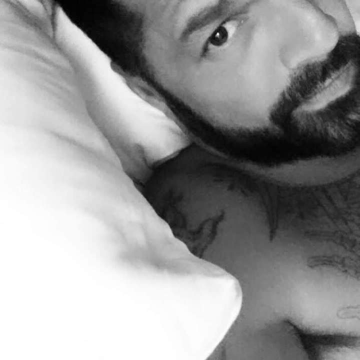 Buenas noches @ricky_martin 💜, tus #sexysouls te deseamos dulces sueños 😍.  #RickyMartin #PausaPlay #Pausa #FamiliaVioleta #Argentina #FamiliaElite #MiSangre #Quiéreme #Simple #CaeDeUna #Recuerdo #Cántalo #Tiburones #TiburonesRemix