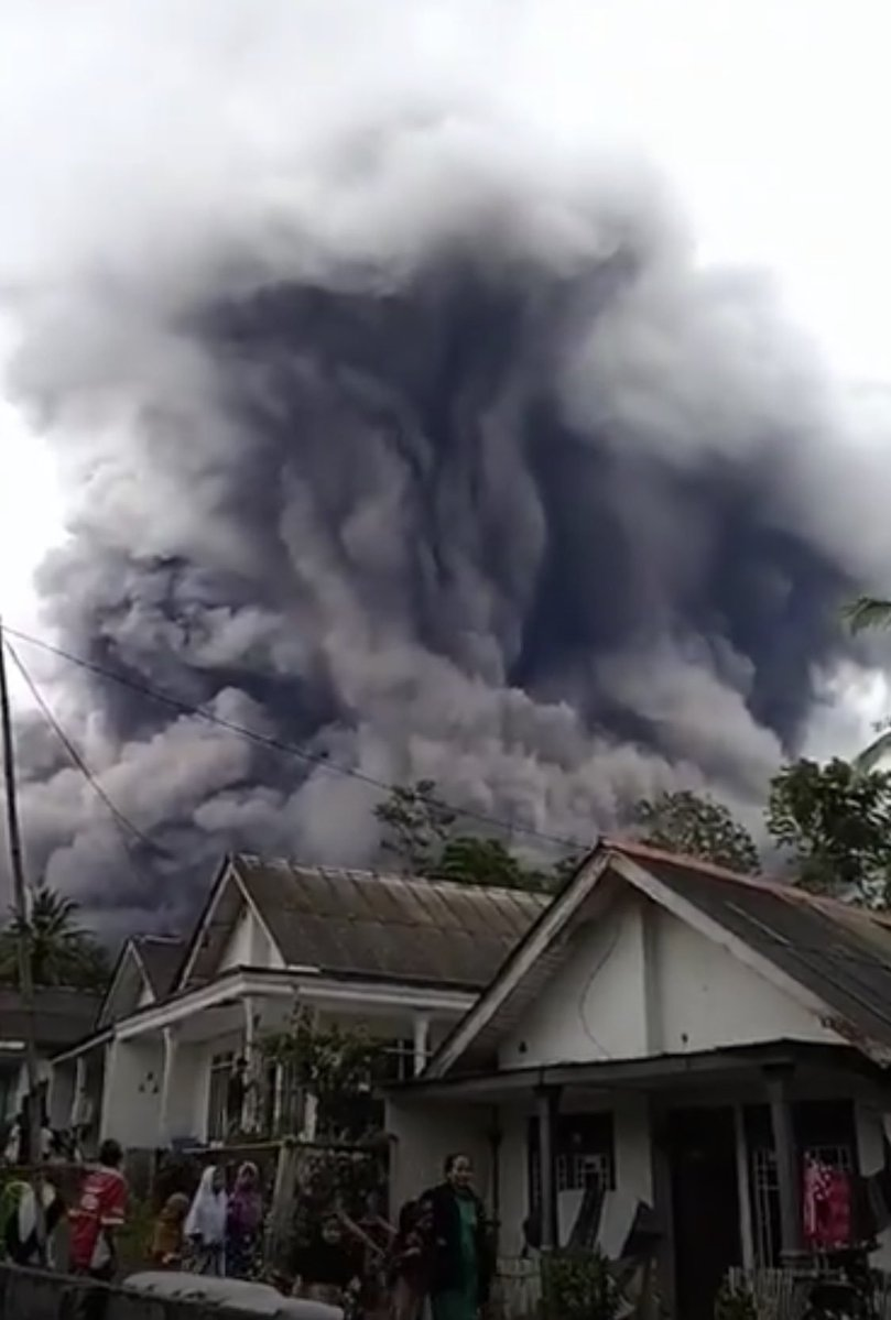 "MBC TV ODISHA on Twitter: ""#Indonesia: Mt.#Semeru, an active #volcano has  erupted yesterday at 5:24PM local time. #volcanic_eruption  #prayforindonesia… https://t.co/w2Gaw4Mh6T"""