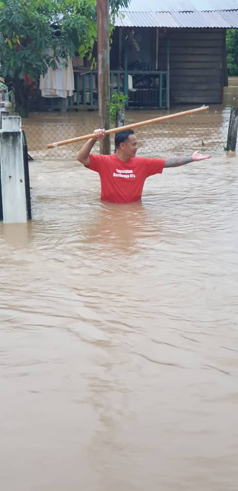 My brother showing the water level in front of his house in Penampang proper. It is really sad theyhv to go thru this, every time when the water level goes up. #Sabahbanjir #Penampang #penampangflood #sabah #banjirSabah #floods @lasimbang @MasidiM @DarellLeiking