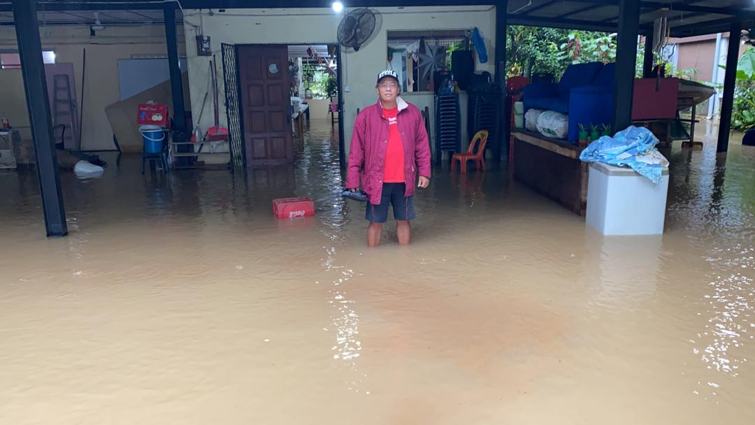 Air sungai Moyog beransur surut..harap hujan lebat tidak turun lagi. Rumah kami di Kg Nampasan masih ditenggelami air #Banjir #Penampang