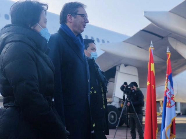 """وصلت مليون جرعة من لقاحات سينوفارم الصينية، من النوع المُعطل، المضاد لفيروس كورونا الجديد، إلى مطار بلغراد في صربيا يوم السبت قال فوتشيتش إن وصول اللقاح هو """"دليل على الصداقة العظيمة بين #صربيا و #الصين""""، وسيساعد في حماية حياة 500 ألف شخص، مضيفا أنه سيتلقى لقاح سينوفارم."""