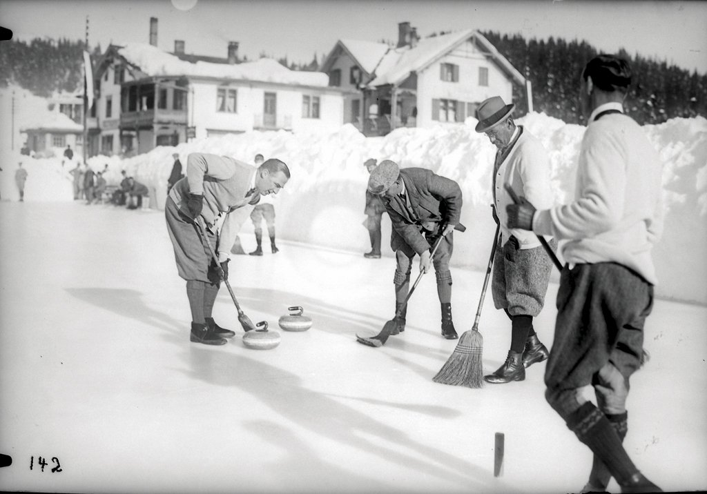 #Oldbutgold: The Swiss winter in the 1930s – what is the name of this sport? By the way, this still exists.