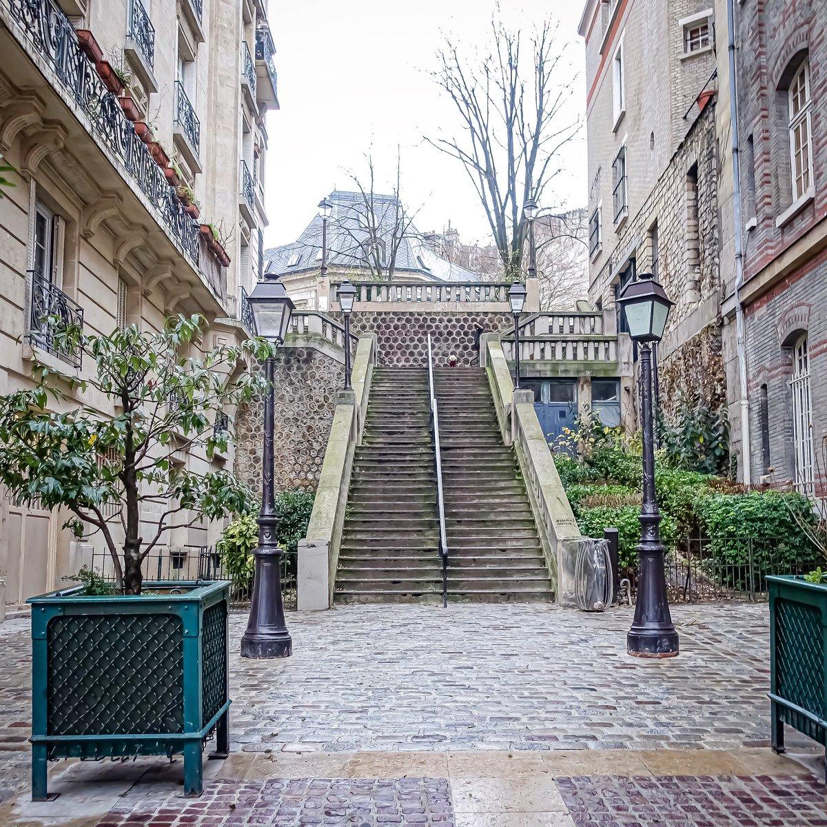 Escaliers de Montmartre, le meilleur exercice au monde. Rue Girardon - Paris 18  #parisladouce #paris #pariscartepostale #parisjetaime #cityguide #pariscityguide #paris18 #streetsofparis #thisisparis #parismaville #montmartre #ruegirardon