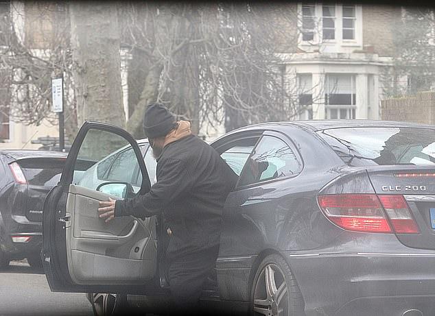 """#عادل_عبدالباري، المتحدث السابق باسم #تنظيم_القاعدة، يعود للإقامة بـ #لندن، بعد إطلاق سراحه من سجن أمريكي لأسباب صحية.   """"عبدالباري"""" مصري الأصل، كان متورطا في تفجيري السفارتين الأمريكيتين في نيروبي ودار السلام عام 1998.  يقيم حاليا في سكن فاخر تبلغ قيمته نحو مليون و300 ألف دولار."""