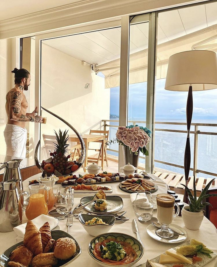 Never start a #newday without breakfast served in you room facing the sea 🙏 @christianbruschi for the pic #breakfast #brunch #sundayvibes #sundaybreakfast #roomservice #chambreavecvue #Fairmonthotel #Fairmontmontecarlo #fairmontecarlo #Accorhotel #fete #vistimonaco #celebration