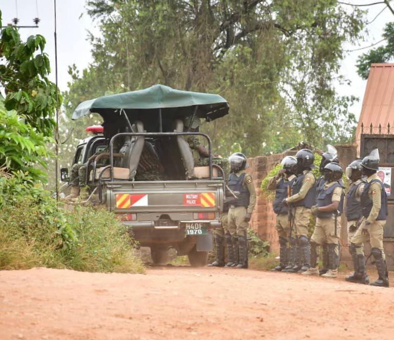 Opposisjonspolitiker Bobi Wine forteller at han er under husarrest etter valget i #Uganda før helgen. Myndighetene hevder soldatene er der for Wines egen sikkerhet.