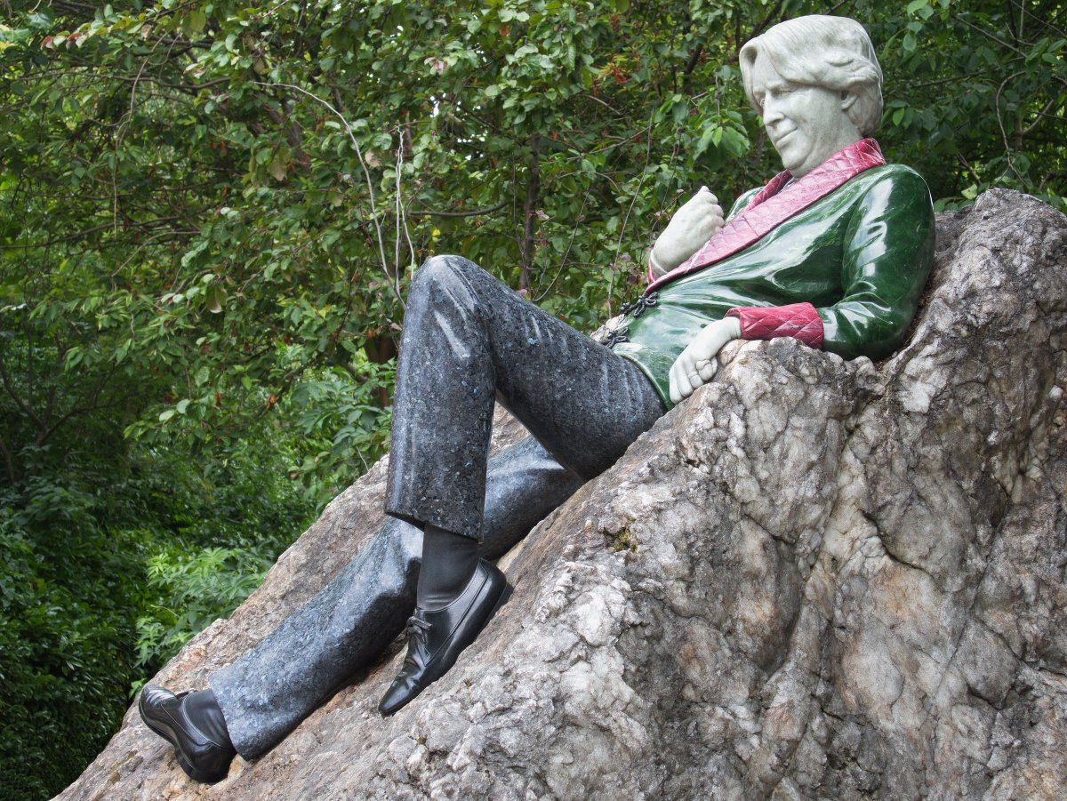 Good morning Milady, Happy Sunday xxx @lopcute   The snow from yesterday is gone and it's warmer with 7C outside.  But cloudy and chilly so better stay indoors lazing like Oscar Wilde   📷July 2015 , #Dublin #sculpture #OscarWilde