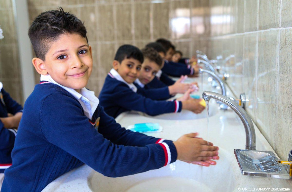 Lorsque les enfants ont accès à de l'eau salubre, des toilettes et du savon pour se laver les mains à l'école, ils bénéficient d'un cadre + propice pour étudier, apprendre et réaliser leur potentiel. Ignorer cet aspect, c'est négliger le bien-être et la santé des enfants.