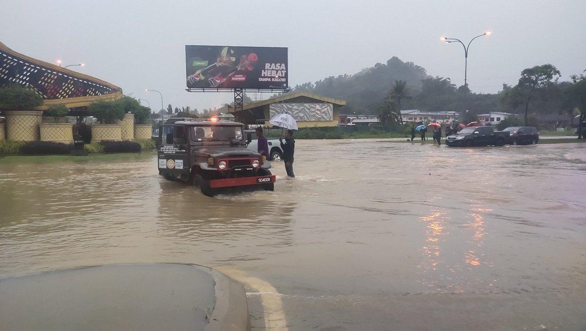 Bulatan Sigah Donggongon masih banjir jam 6.45pm. Air sungai Moyog terus melimpah. Paras air Sungai 9.45m kini dalam paras bahaya. Air laut sedang pasang. #banjir2021