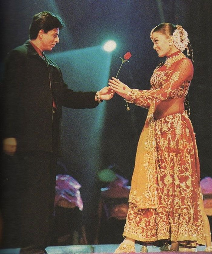 Blast from the past!   #ShahRukhKhan and #AishwaryaRaiBachchan on stage at the #FilmfareAwards in 2001.