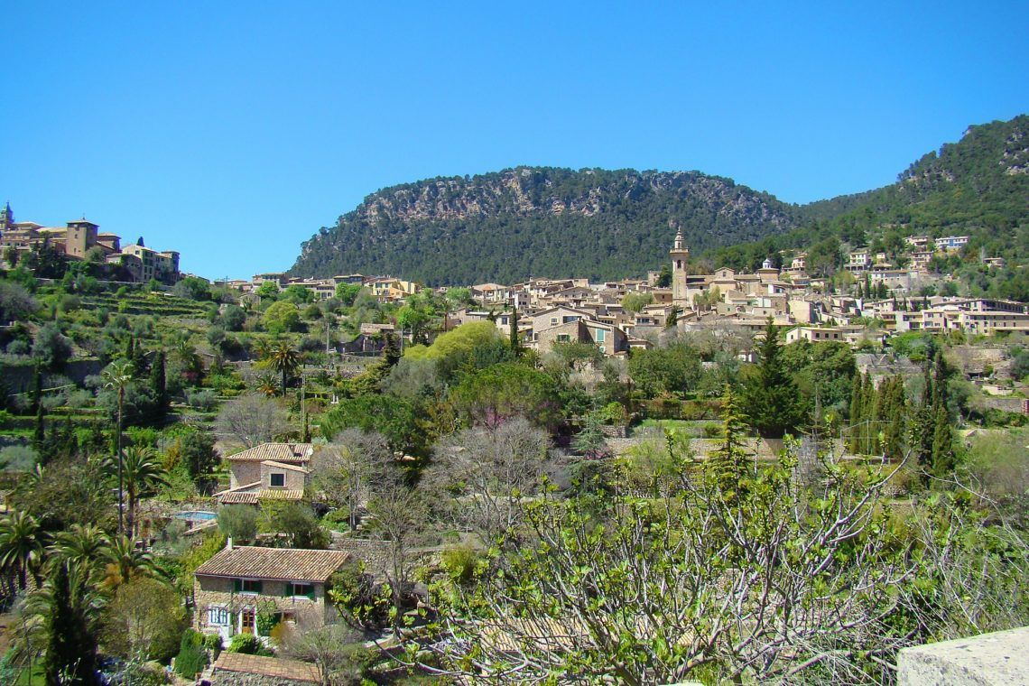 Enjoy the cultural side of  🇪🇸 Mallorca and the town of Valldemossa 👉🏽  Writer 📚 George Sand and lover 🎼 Frederic Chopin spent time here #Balearicislands #Mallorca @passionforpalma @spain.info  #Balearicislands #Mallorca @passionforpalma @spain.info