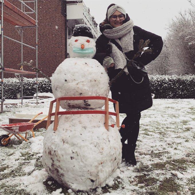 Olaf und ich hatten heute viel Spaß, natürlich trägt er eine Maske 😷  . #snow #snowman #snowday #happy