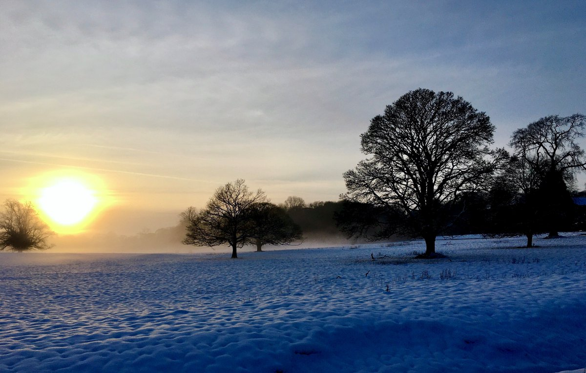 Another sunset photo for you all, this one taken on Friday night by Countryside Manager, Paul. We just had to share it #Sunset #EveryoneNeedsNature #SnowScene https://t.co/tKBFgbzKjD