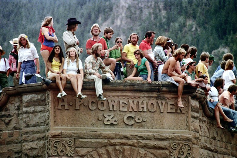 Aspen, Colorado 1977  Spectators on the roof of the Cowenhoven Building, 4th of July  Photograph by Nick DeWolf   #photography #film #color #35mm #aspen #colorado #downtown #4thofjuly #people #building #rooftop #streetphotography #1970s