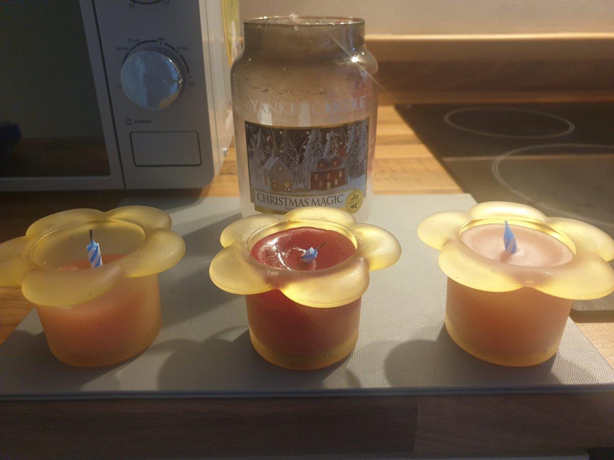 Just made #homemade candles out of #leftover @YankeeCandleEu wax and it's my proudest moment of #2021. 😂 🕯 #SignsYouAre30 #ProcrastinationLevel100 #SundayFunday #sundayvibes