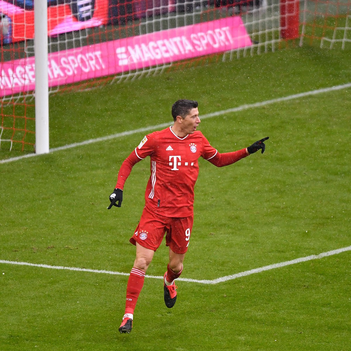 Another matchday, another Lewandowski record... 😏  @lewy_official  is the first player in Bundesliga history to score 21 goals after just 16 games - a new Hinrunde record, beating Gerd Müller's 20 goals from 1968/69 🔥  🔴⚪ #FCBSCF