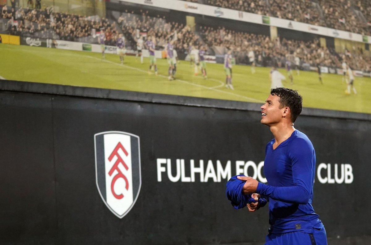 Después del partido en Fulham, @tsilva3 le regaló su camiseta a un trabajador de la construcción 🎁😊