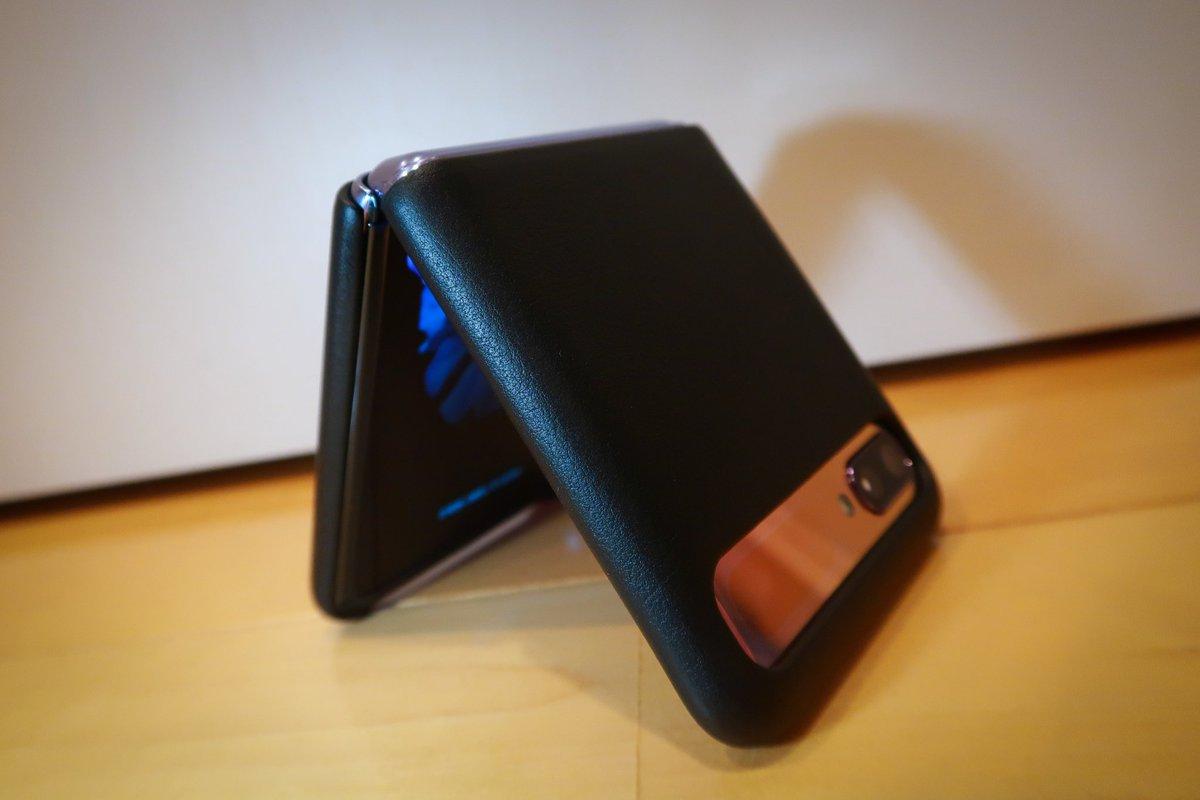 Galaxy Z Flipの純正レザーケース、質感めっちゃいいし端末のカラーがアクセントになってめちゃかわいいし他のGalaxy端末と統一感出て最高 #GalaxyZFlip