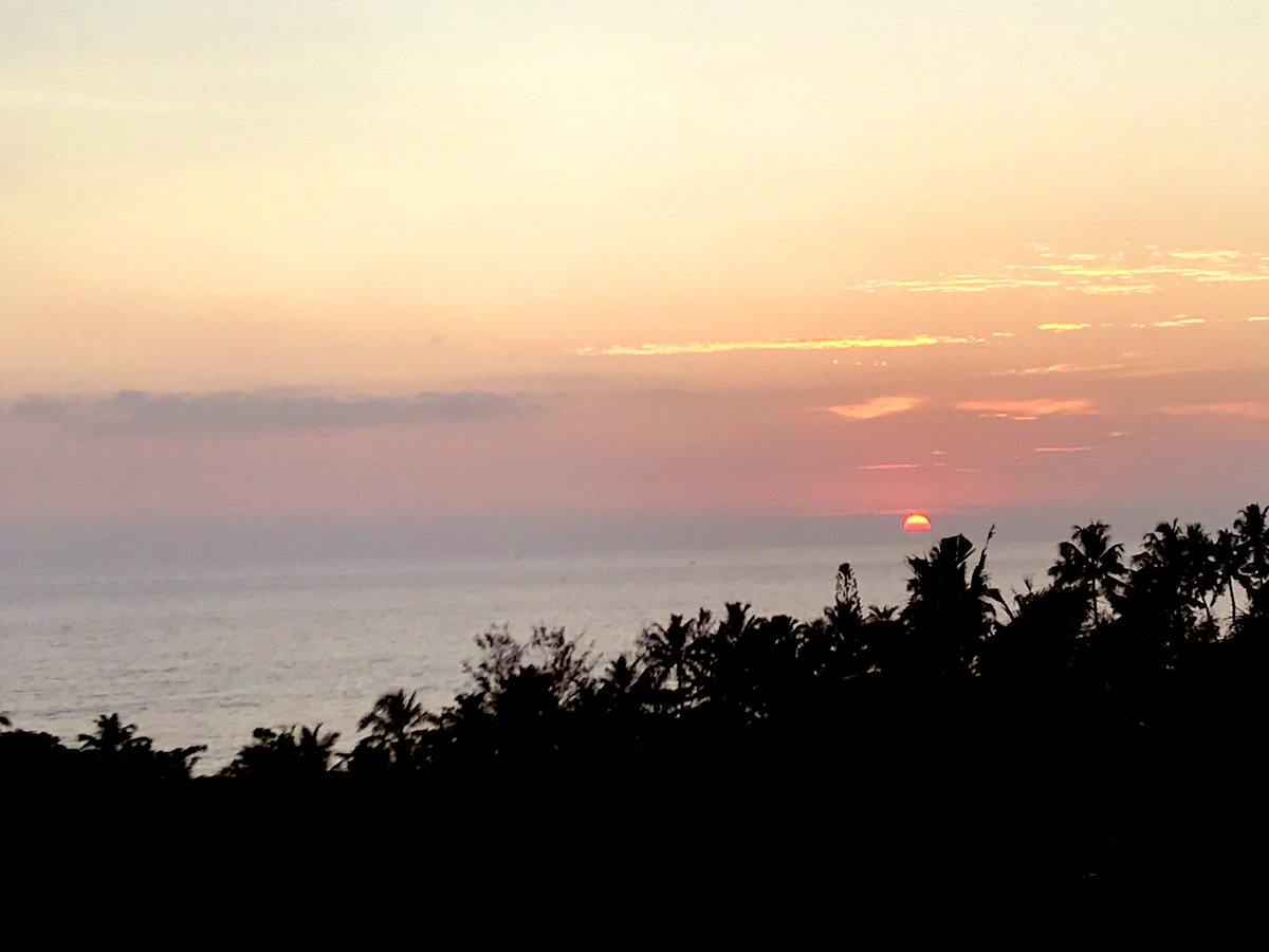 Reached southern #Kerala and witnessed this beautiful sunset in the Arabian Sea. Two things, other than smiling people, most amazing about #GodsOwnCountry - lush greenery all around and awesome seafood curries @MEAIndia @OIA_MEA