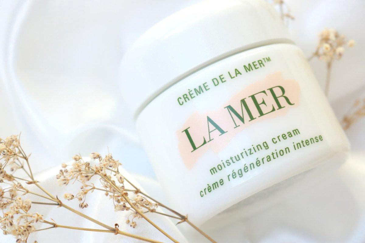❄️ #OURWINTERFAV • La Mer Moisturising Cream 🤍  Perfect for the winter season, this luxuriously rich cream immerses skin in deep moisture, helping soothe dryness. 🌬🧏♀️🧏♂️  Shop now whilst stocks last! 🛍 link in bio ☝️  #UKGiftAM #lamer #lamerskincare #lameruk #cosmetics #beauty