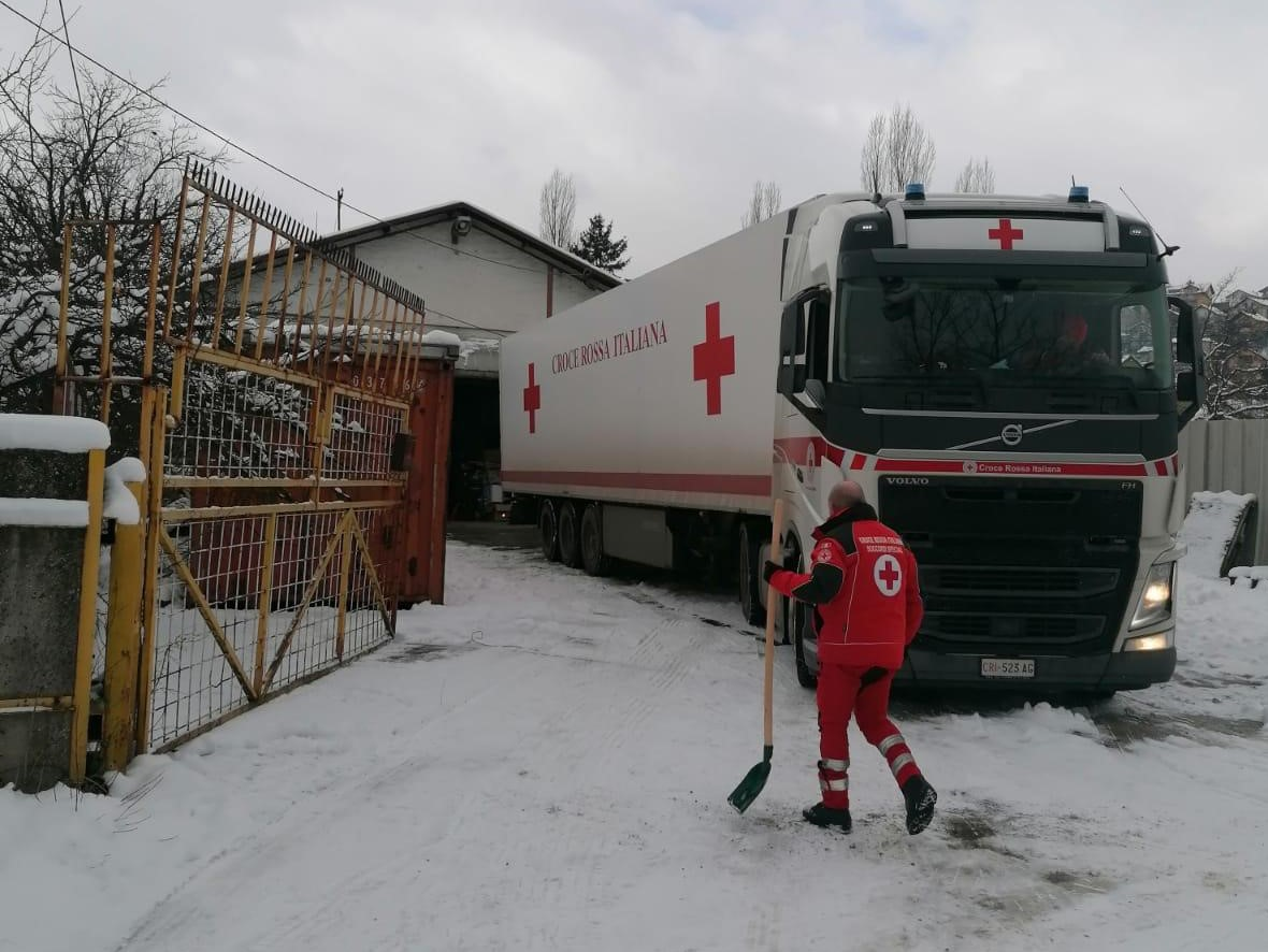 Just arrived in Bihaj: Teams from Red Cross Societies of #Italy and #BosniaandHerzegovina unload urgently needed warm supplies for #migrants  stranded in dire winter conditions with limited protection. Part of a convoy from Italian Red Cross in support of local relief efforts