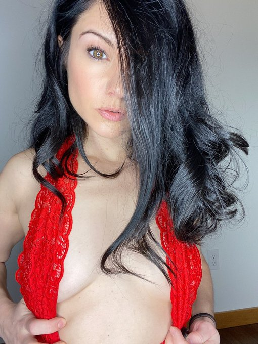 Do u like me in red? #red #brunette https://t.co/jR53cVk7a5
