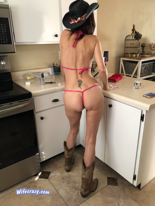 2 pic. Giddy up! 🤠 #wifecrazy Good Morning Twitter from sunny Arizona 🌵 https://t.co/r9UwaqBOmu