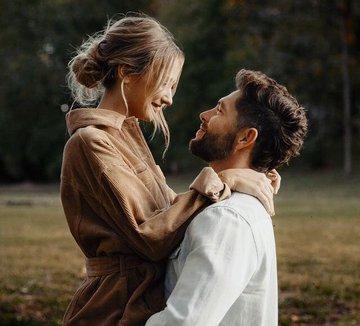 サピエンスのカップル間の絆は、元々「母子の絆形成回路」だったものが性的関係にも応用されたものだという説がある。自己家畜化とネオテニー/幼形成熟という奇妙な進化...