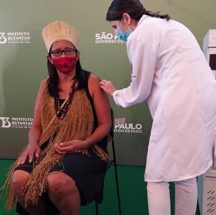 """A primeira pessoa indígena a ser vacinada no Brasil foi a Vanusa Kaimbé, técnica de enfermagem e assistente social que vive na aldeia """"Kaimbé filhos desta terra"""", em Guarulhos. #VacinaJa"""