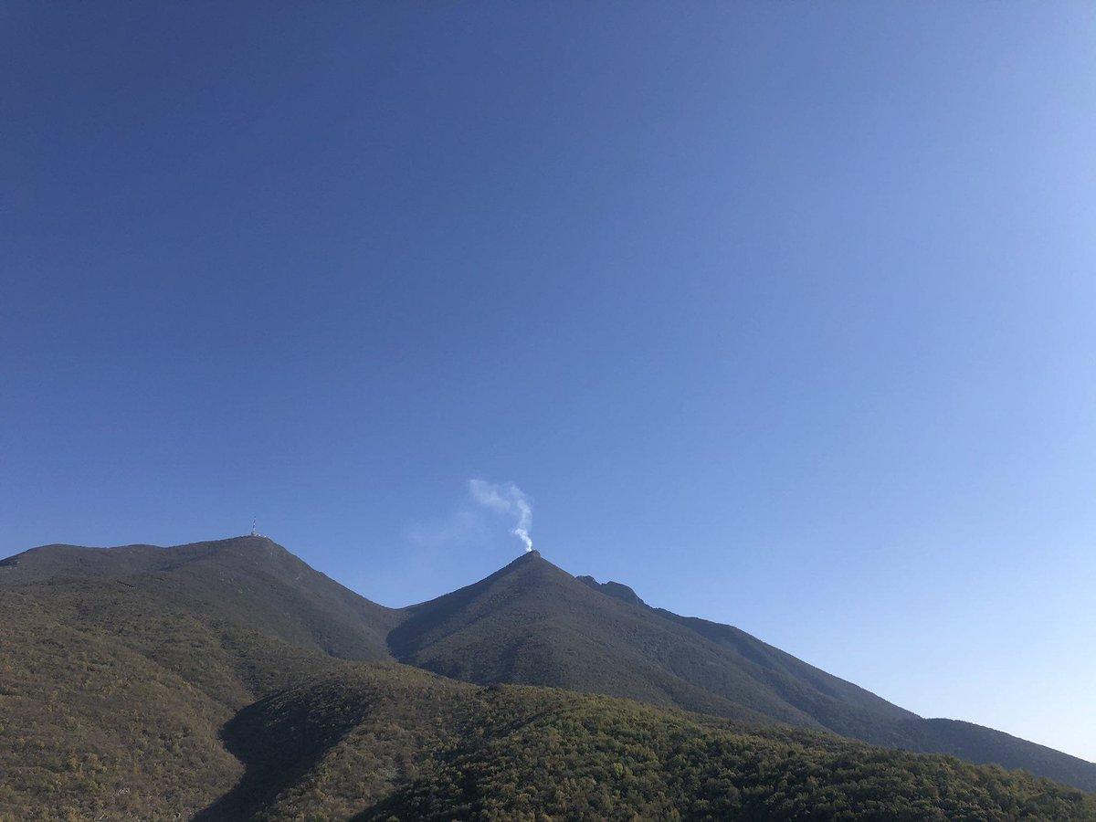 ⚠ #ÚltimaHora  ¡Incendio en el Cerro de la Silla! 😮👀🔥  Una fumarola de humo blanco apareció en el pico norte del Cerro de la Silla.  Elementos de @PC_NuevoLeon  ya se encuentran en el área tratando de determinar la causa.  #Incendio #CerroDeLaSilla #Monterrey #NuevoLeón https://t.co/45QluvYFtL