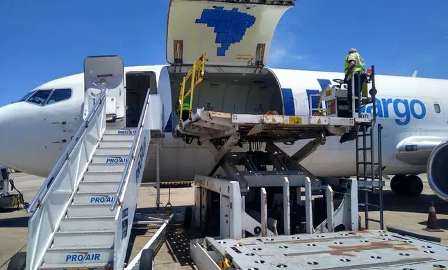 """Aviões estavam prontos para embarcar os lotes de vacinas e cias aéreas dizem que foram surpreendidas com a decisão de atrasar a entrega para amanhã, às 7 da manhã. Segundo Pazuello, o governo quer fazer a entrega dos lotes com """"uma bandeirinha do Brasil""""."""