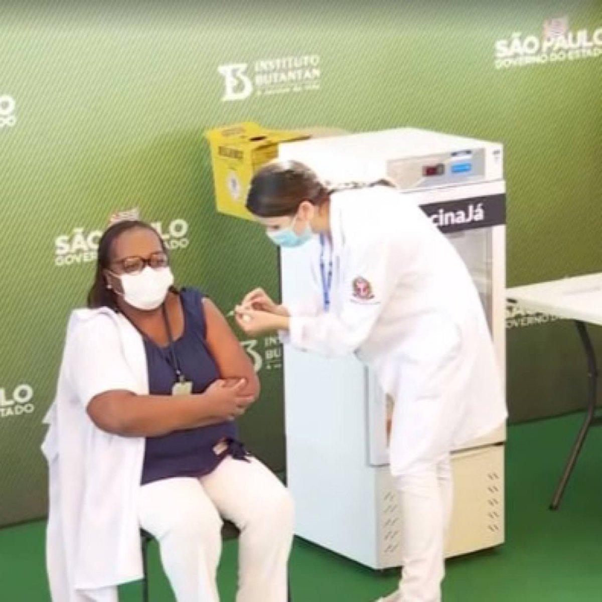 A PRIMEIRA PESSOA DO BRASIL JÁ ESTA VACINADA - A enfermeira Mônica Calazans acaba de receber a primeira dose em São Paulo. #Vacina