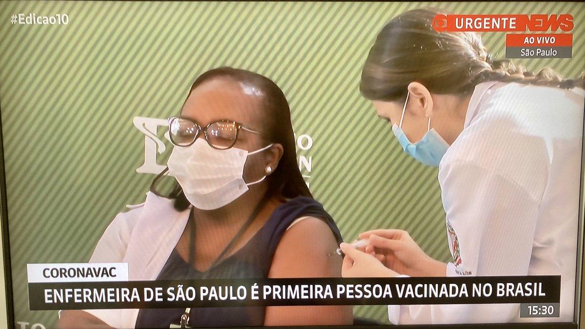 Viva a ciência! Viva a vacina! A 1ª dose da Coronavac acaba de ser aplicada em São Paulo na Monica Calazans, enfermeira que trabalha na linha de frente do combate à pandemia em Itaquera! #VacinaParaTodos