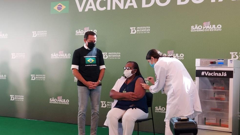 Após aprovação da Anvisa, governo de SP aplica 1ª dose da Coronavac. Vacinada é enfermeira e aplicação da dose acontece antes do início do plano nacional de vacinação  #G1
