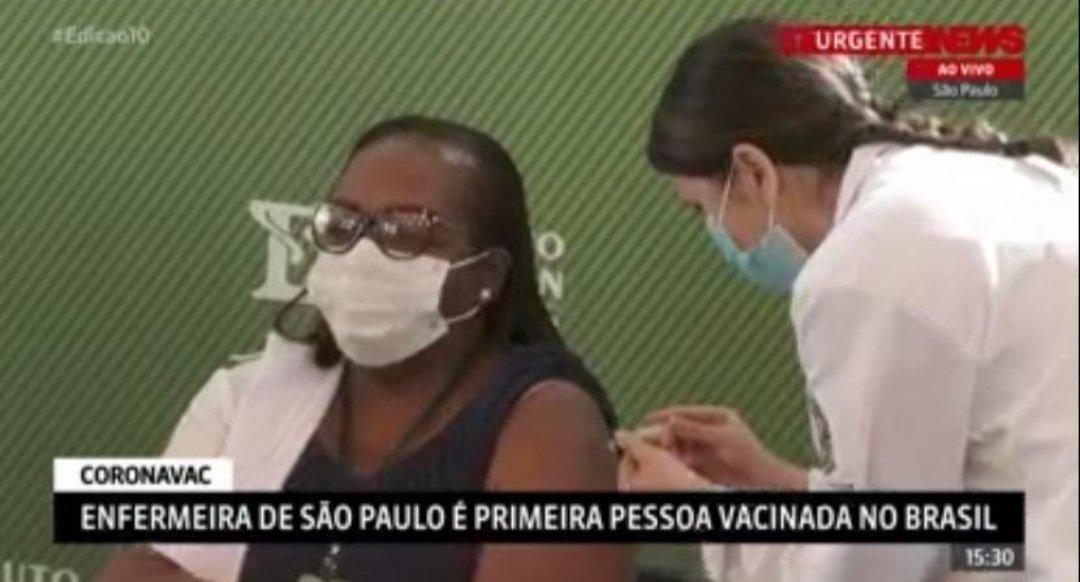Como a gente esperou por esta imagem! Mônica Calazans, enfermeira naUTI do Instituto de Infectologia Emílio Ribas, em SP, é a primeira vacinada no Brasil. Obrigado Mônica, obrigado a todos os profissinais de saúde do Brasil que lutam por nossas vidas. #VemVacina