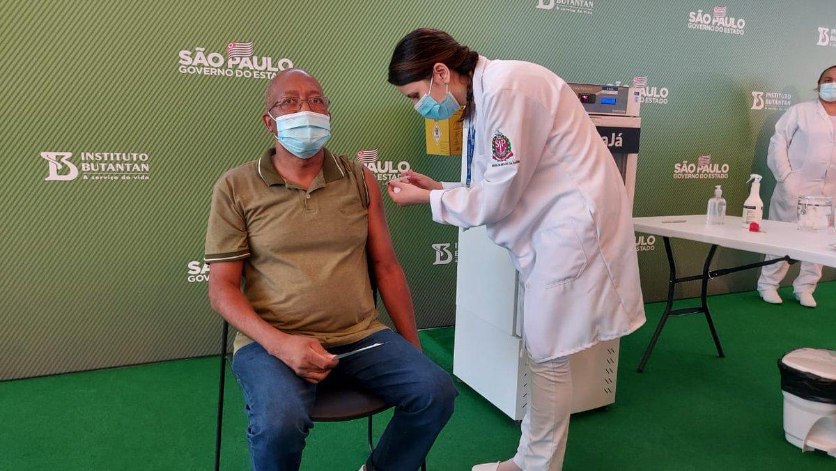 """A segunda pessoa a ser vacinada no Brasil foi o enfermeiro Wilson Paes de Pádua, de 57 anos, do hospital Vila Penteado, na Zona Norte. """"Me sinto muito orgulhoso e feliz desse momento"""". >>>"""